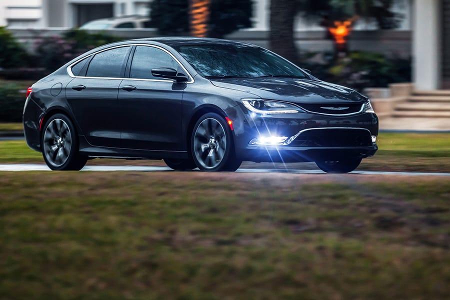 Автомобиль Chrysler 200 2015 года